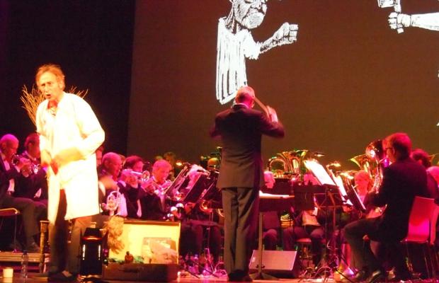 Brassband David en René Groothof presenteerden de Schilderijententoonstelling van Mussorgsky